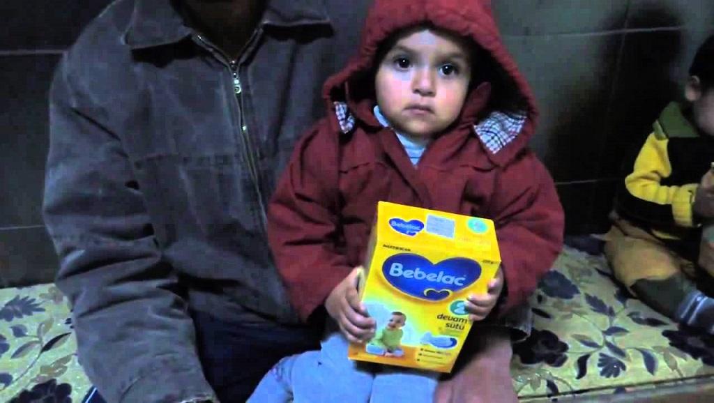 بسبب الفقر.. الأمهات النازحات في إدلب يستبدلن حليب الأطفال بالحليب البقري style=